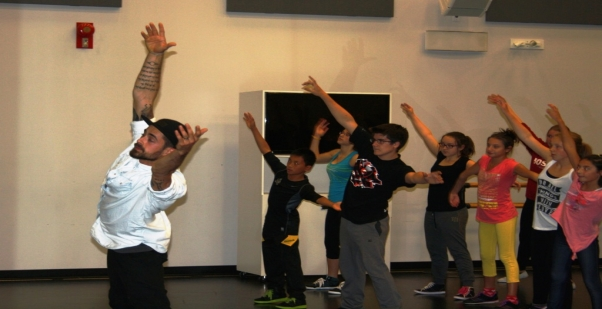 Nico Archambault donne un atelier aux jeunes de l'Académie de danse