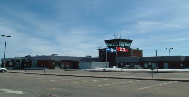 Aéroport de Baie-Comeau : Un avion atterrit sur le gazon