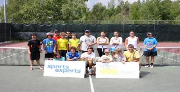 Une quinzaine d'adeptes du Club de tennis local répondent à l'appel