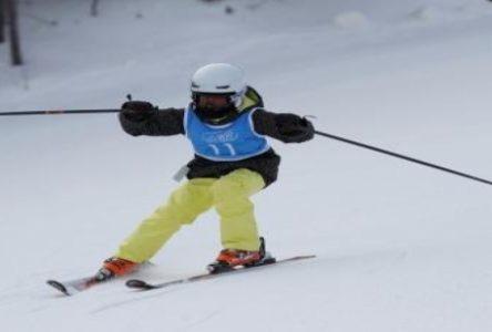 Les skieurs de l'équipe locale descendent à vive allure