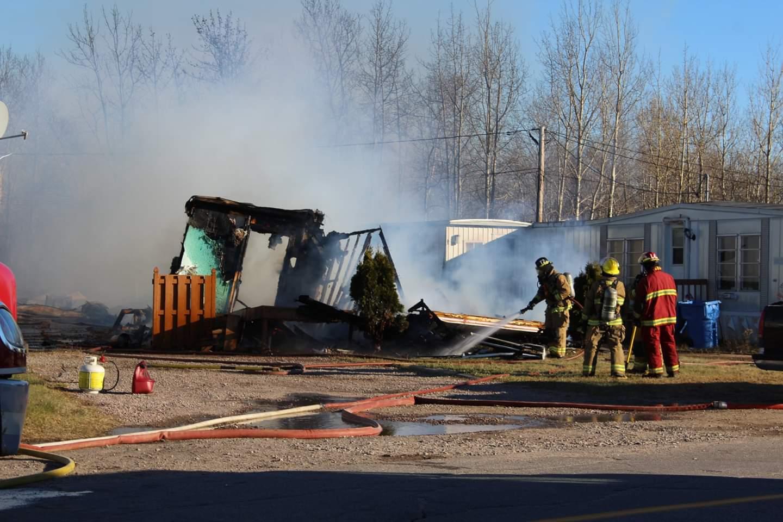 Une maison mobile en cendres et deux sauvées au parc Murray