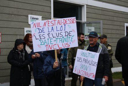 Prétendu contrat à l'ex-maire Lejeune : citoyens et syndiqués manifestent à Baie-Trinité