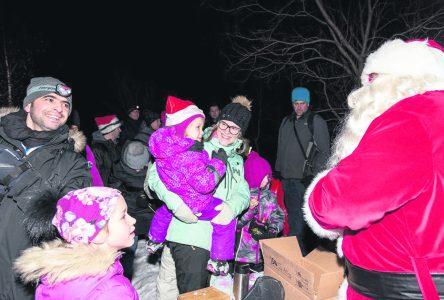 Initiée pour animer le parc Manicouagan, la marche nocturne de Noël attire 1 500 personnes