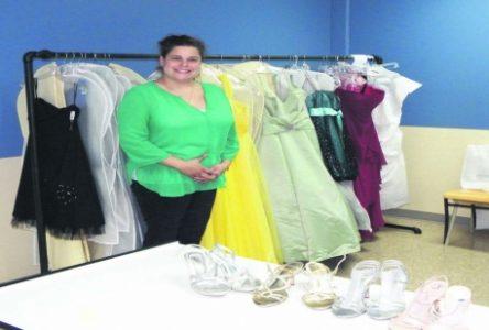 Une animatrice scolaire offre des robes aux finissantes