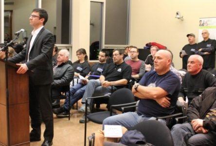 Les cols blancs confrontent le conseil municipal