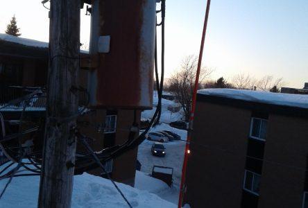 Montagnes de neige et fils électriques, un danger pour les enfants