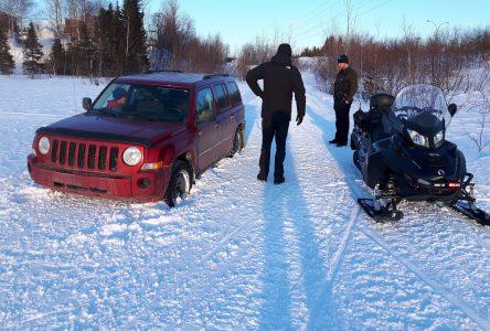 Deux conjoints et deux véhicules enlisés sur un sentier de motoneige