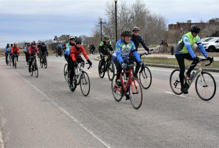 Trente-sept cyclistes roulent le Tour du Silence