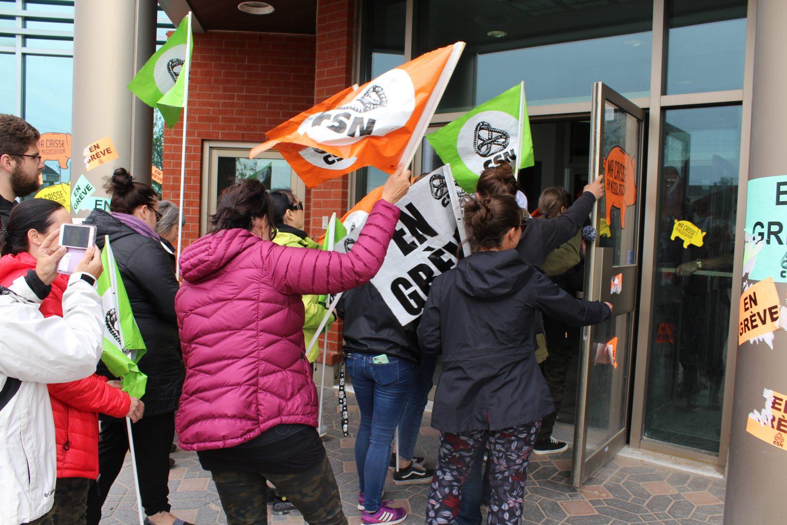 Caisse : le syndicat dépose une pétition d'appui de 2 600 signatures