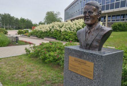 Le buste de Brian Mulroney apparaît à l'hôtel de ville