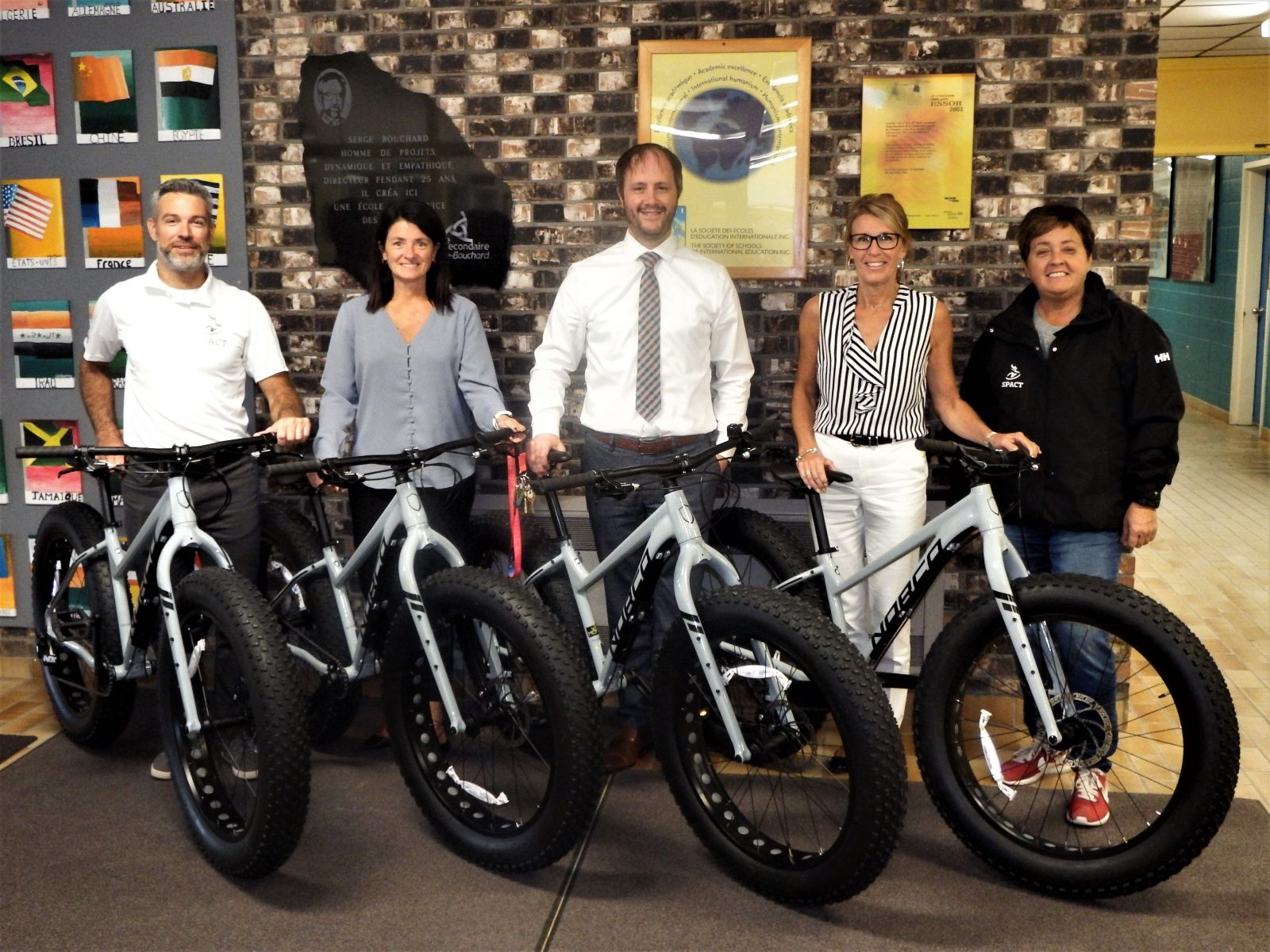Gestion Spact remet quatre fatbikes à l'ESSB