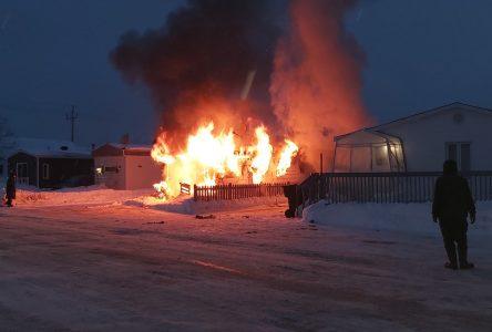 Une maison mobile en flammes à Forestville
