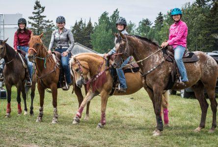 Équitation : des cavalières locales brillent en gymkhana au Lac-Saint-Jean