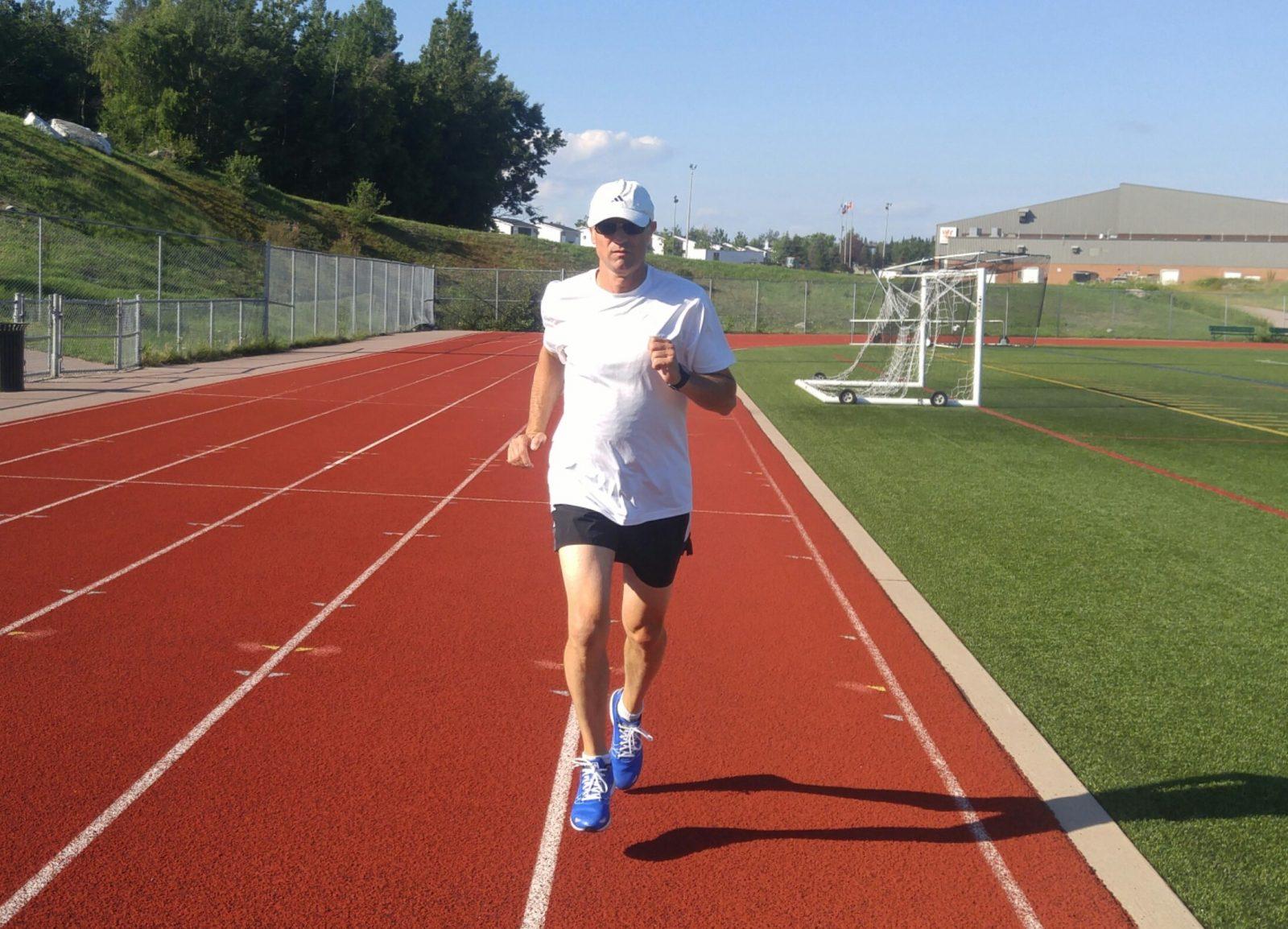 Yvon Côté court un marathon en solo sur la piste d'athlétisme