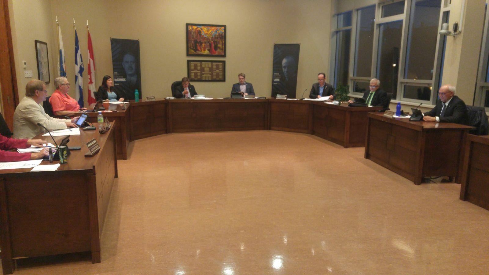 Pas facile la tenue d'une séance du conseil municipal en présentiel à Baie-Comeau