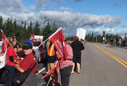Les travailleurs de la papetière bloquent le transport des copeaux vers Clermont
